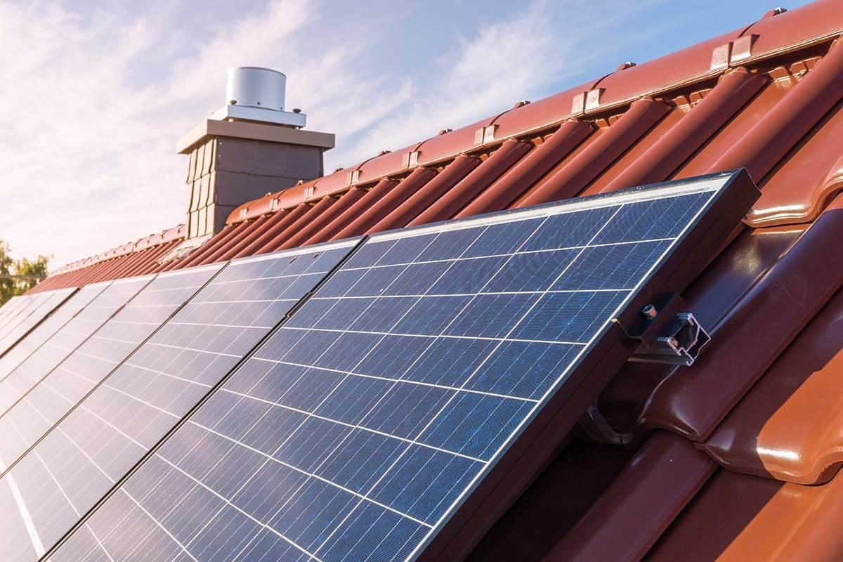 Solaranlage auf einem roten Hausdach.